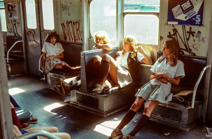 zdjęcie przedstawia cztery kobiety siedzące wewnątrz wagonu pociągu