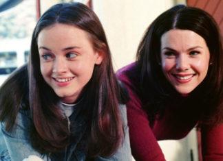 Na zdjęciu widać dwie kobiety, matkę i córkę, stoją obok siebie i są bardzo uśmiechnięte