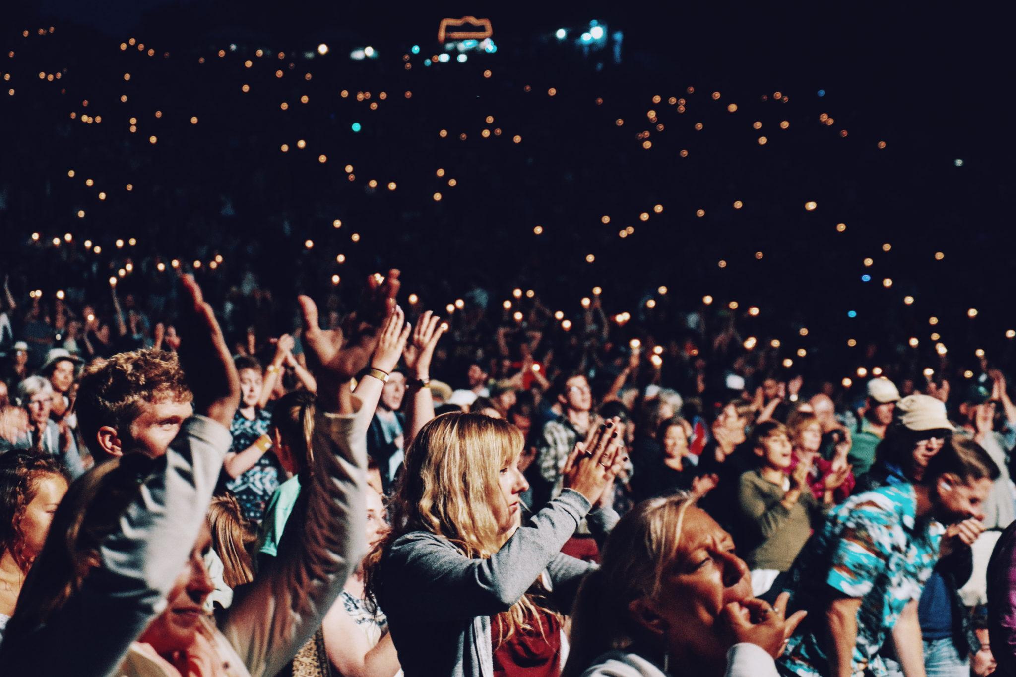 Zdjęcie przestawia tłum ludzi bawiących się w klubie
