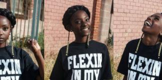 czarnoskora dziewczynka w czarnej koszulce z bialym napisem