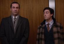 Dwóch mezczyzn rozmawiajacych w windzie