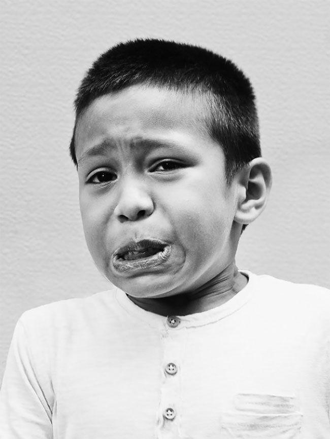 Na zdjęciu widzimy małego chłopca który płacze.