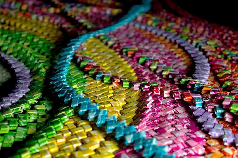 Sukienka stworzona z papierków po cukierkach