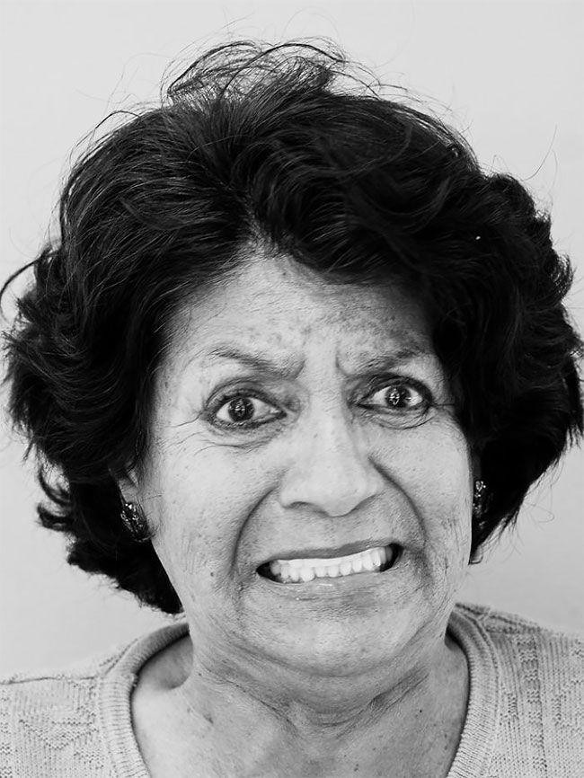 Na zdjęciu widzimy starszą kobietę, która marszczy czoło.