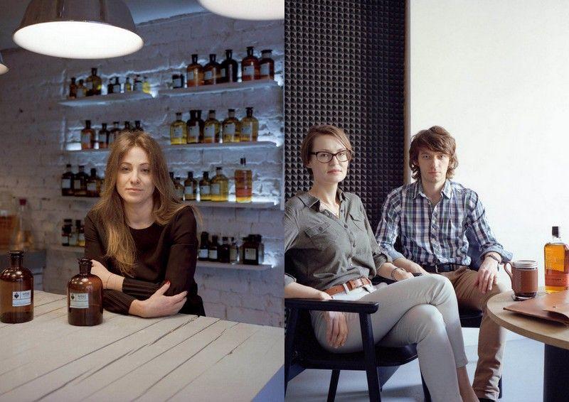 Dwa zdjęcia: kobieta opierająca się o blat i mężczyzna z kobietą siedzący przy stoliku na którym stoi butelka whiskey