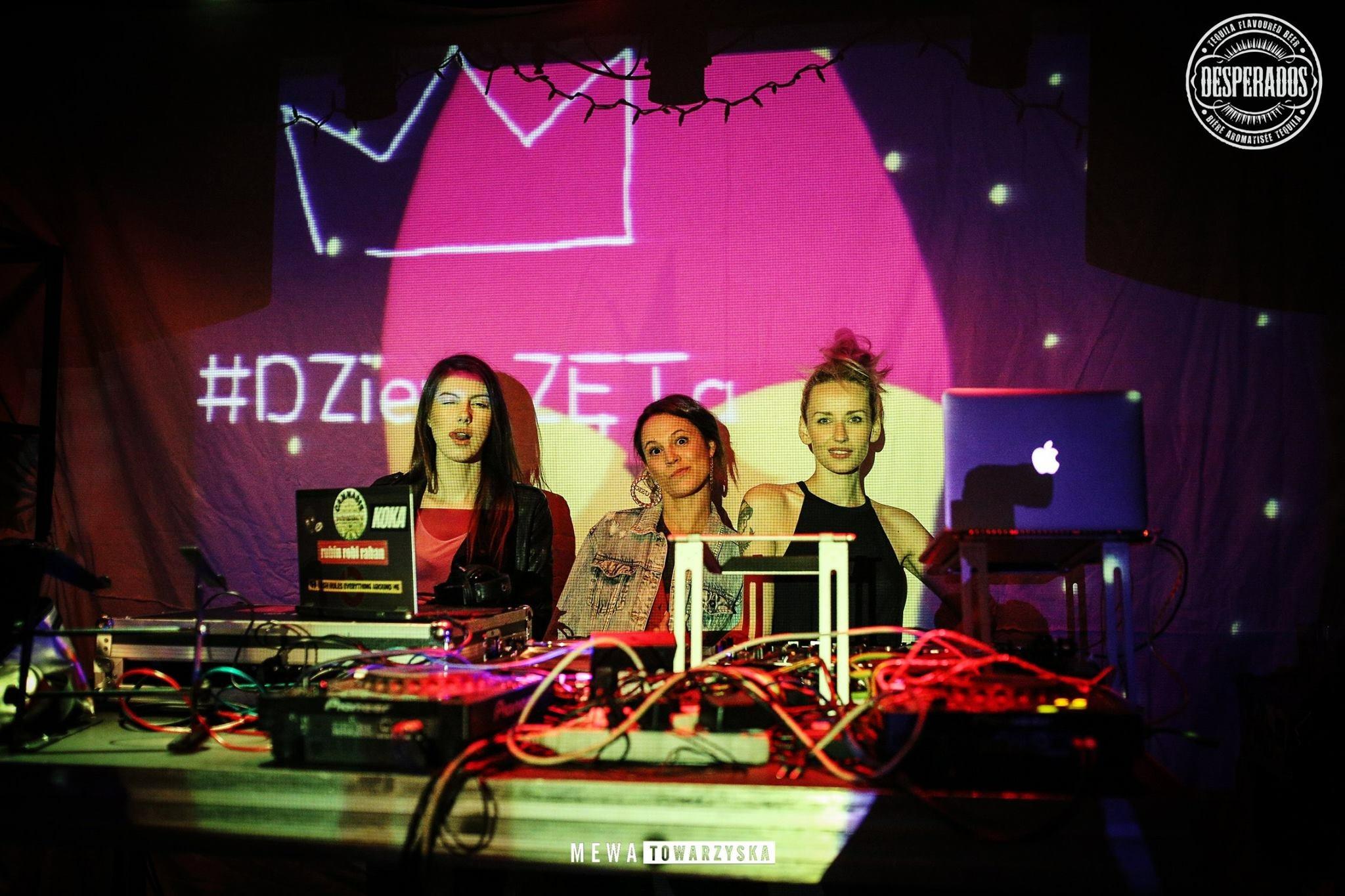 Na zdjęciu widzimy trzy dziewczyny w klubie, stojące za kontrolerem didżeja.