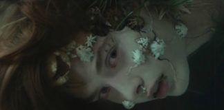 Dziewczyna z głową pod wodą