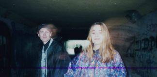 Zdjęcie przedstawiające chłopaka i dziewczynę w oldschoolowych ubraniach
