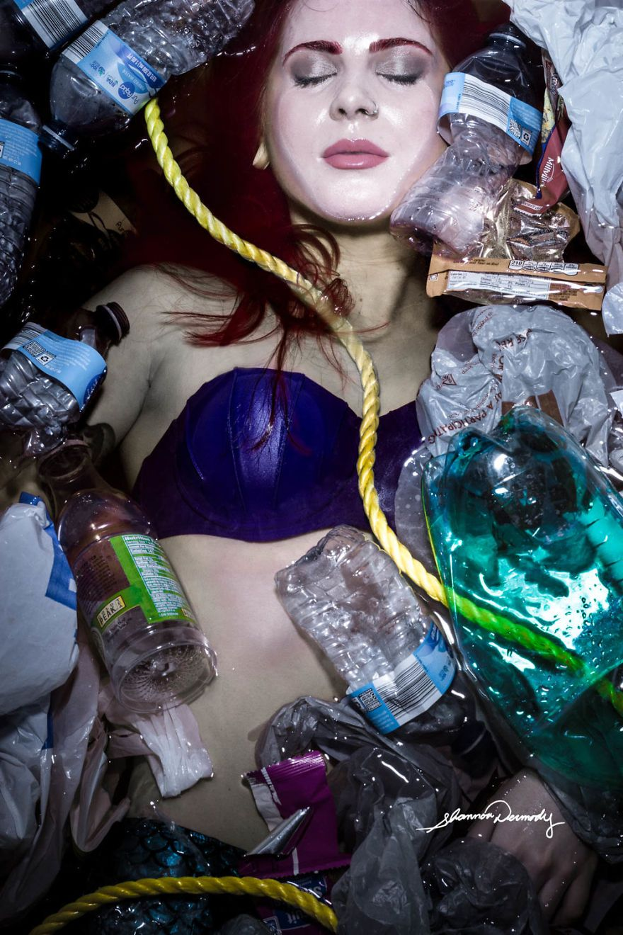 Kobieta obsypana pustymi butelkami dookoła