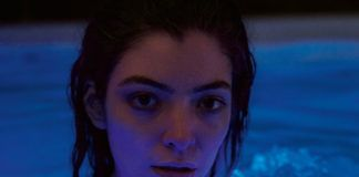 Dziewczyna z mokrą głową w basenie