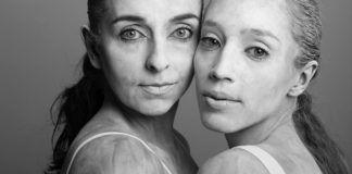 czarnobialy portret dwoch kobiet jedna blondynka druga szatynka obydwie maja zwiazane wlosy w kucyk i sa ubrane w biale topy ich ciala sa opsypane maka