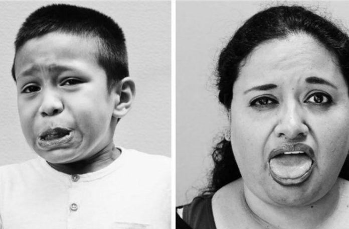 Na zdjęciu widzimy portert młodego chłopca i kobiety w średnim wieku. Oboje mają wykrzywion twarze z powodu jedzenia paryczek chilli.