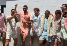 Grupa mężczyzn ubranych w kombinezony