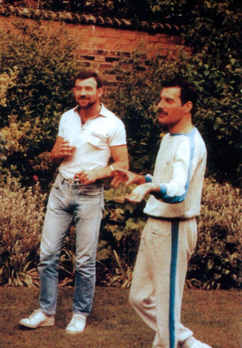 na zdjęciu widzimy dwóch mężczyzn stojących w polu