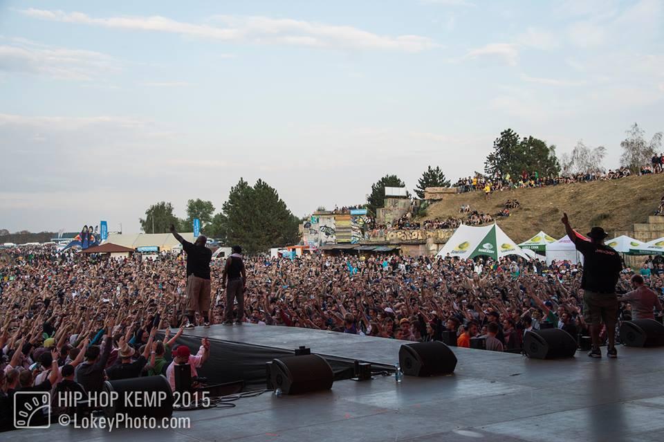Widok sceny festiwalowej oraz tłumu stojącego obok