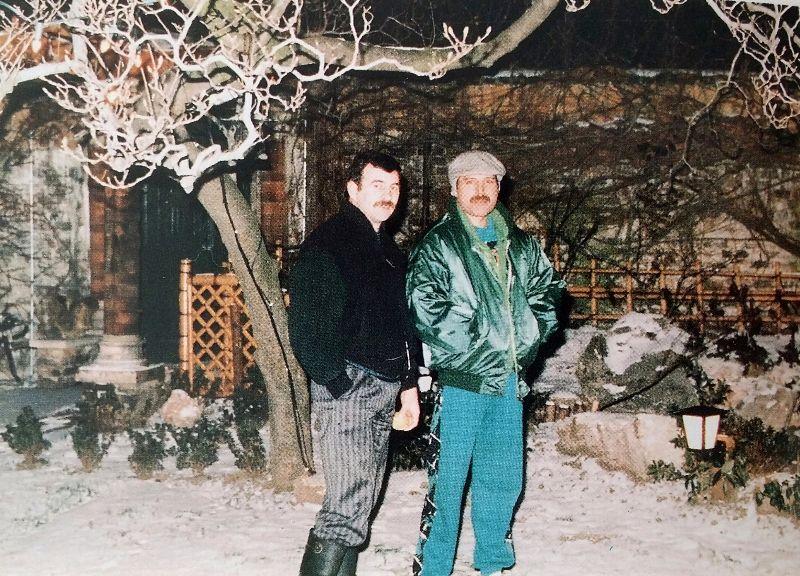 na zdjęciu widzimy dwóch mężczyzn stojących w śniegu