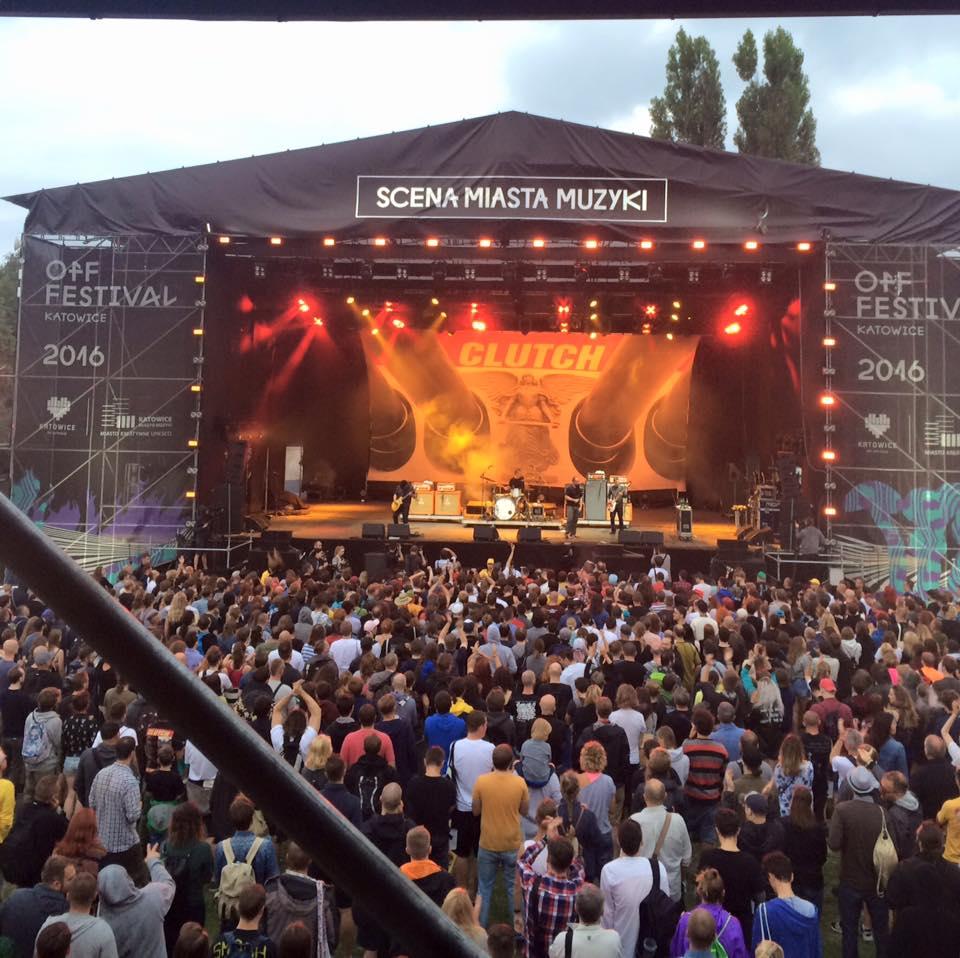 Scena OFF Festival i tłum ludzi