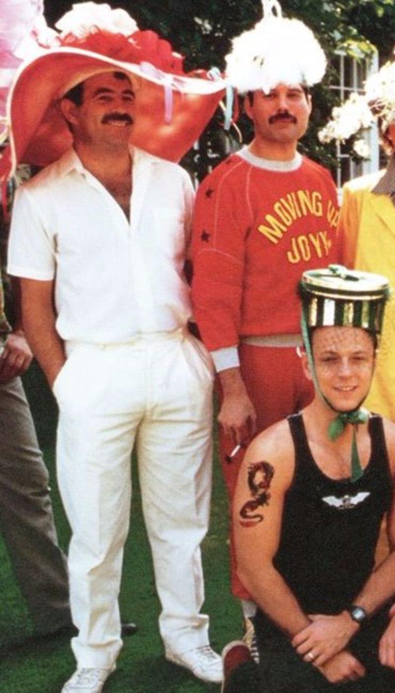 na zdjęciu widzimy trzech mężczyzn w śmiesznych kapeluszach