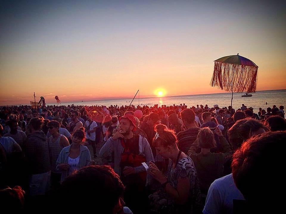 Tłum ludzi i morze w tle podczas festiwalu Nagle Nad Morzem