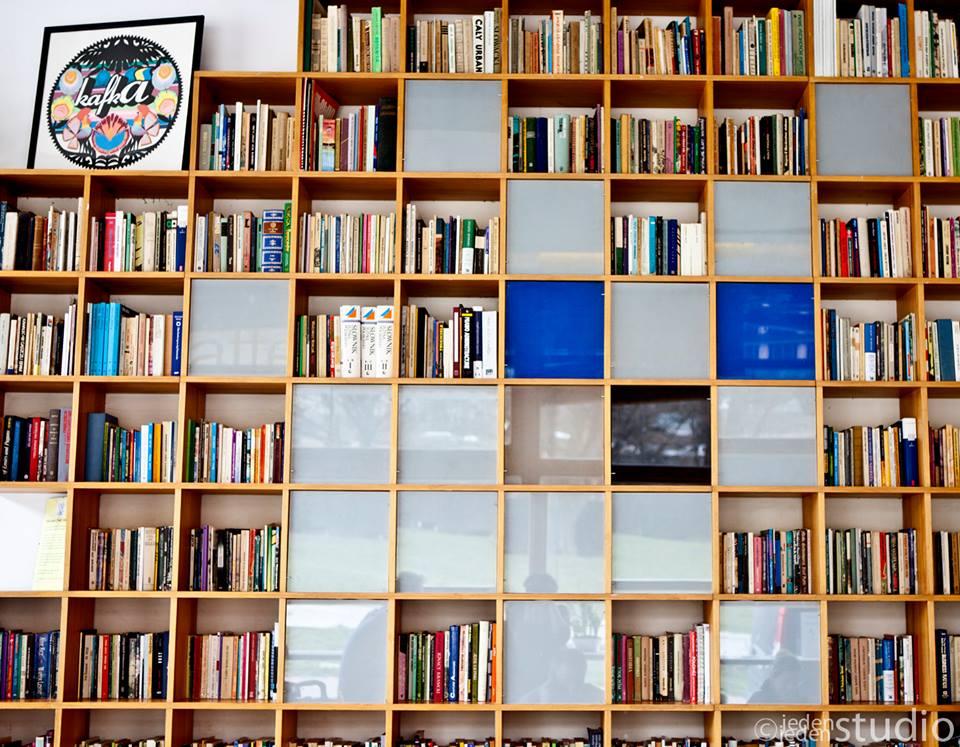 zdjęcie przedstawia regał pełen książek