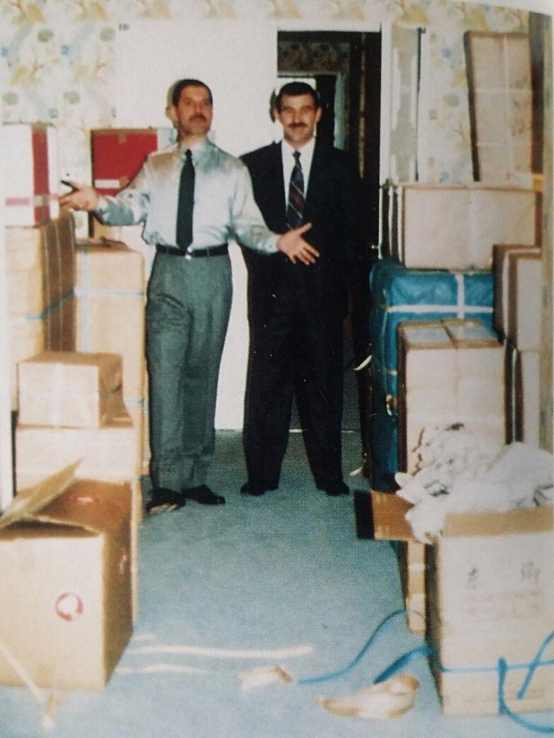 na zdjęciu widzimy dwóch mężczyzn pozujących w jakimś pokoju