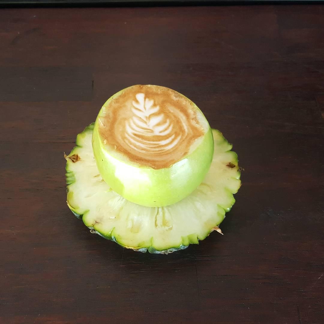 na zdjęciu jest kawa podawana w jabłku