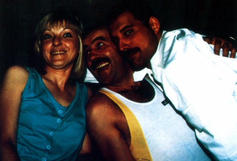 na zdjęciu widzimy dwóch mężczyzn z kobietą