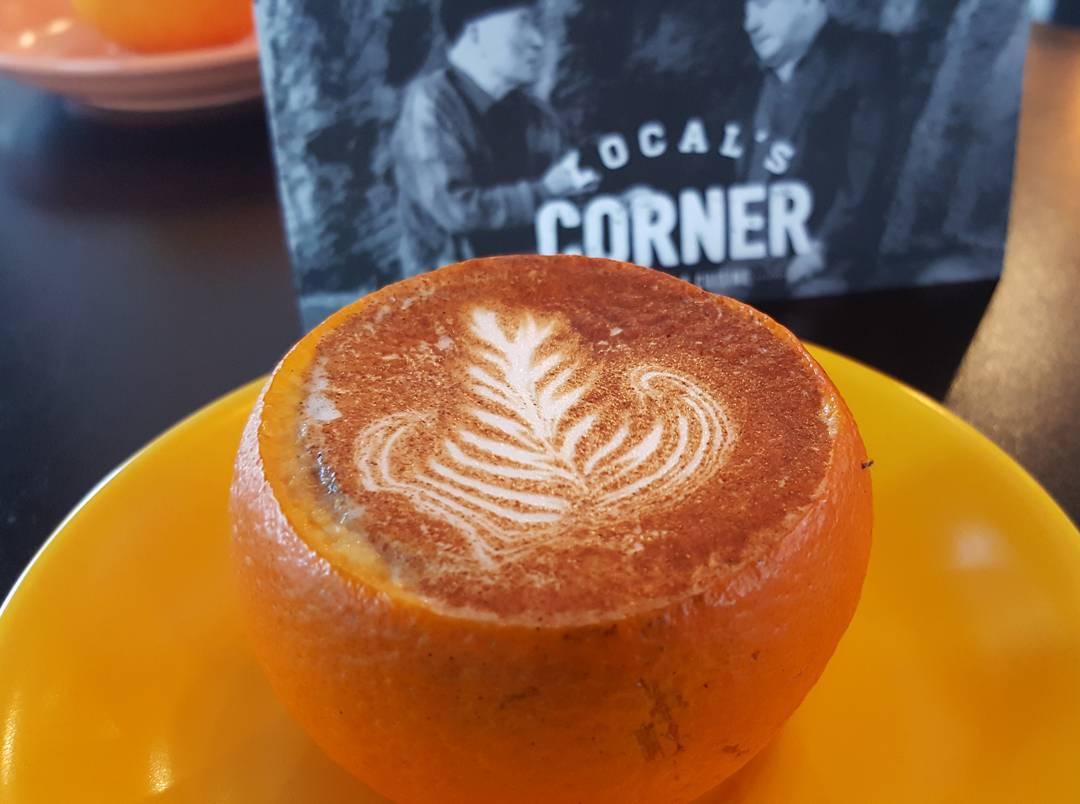 na zdjęciu jest kawa w wydrążonej pomarańczy