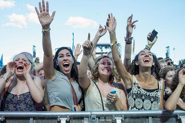 4 dziewczyny w pierwszym rzędzie na festiwaluu muzycznym