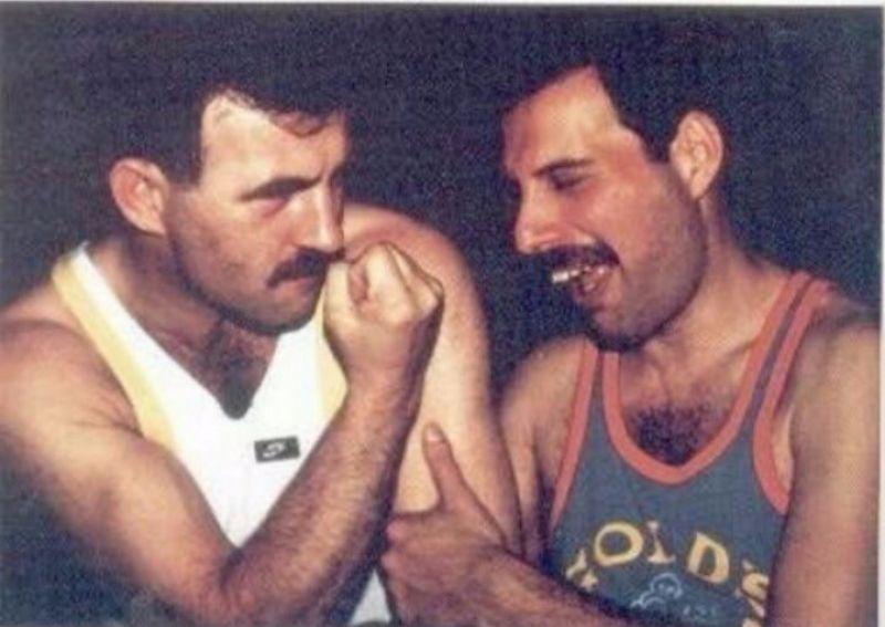 na zdjęciu widzimy dwóch mężczyzn, jeden pokazuje pięść, drugi się smieje