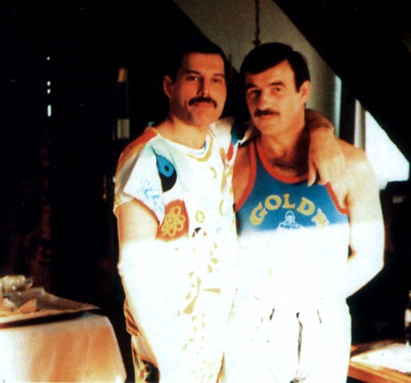 na zdjęciu widzimy dwóch mężczyzn obejmujących się