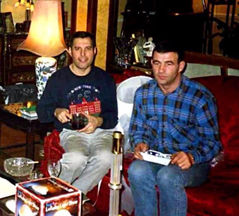 na zdjęciu widzimy dwóch mężczyzn siedzących na kanapie