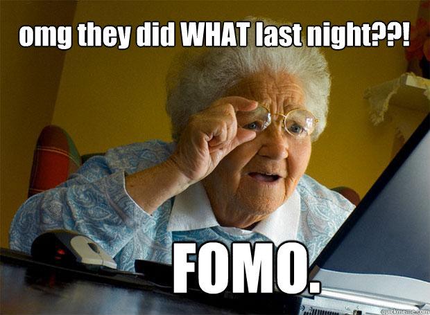 """na zdjęciu jest mem. Starsza Pani z niedowierzaniem spogląda na ekran laptopa, i jest napis """"Omg they did WHAT last night?"""" i podpis """"FOMO"""""""