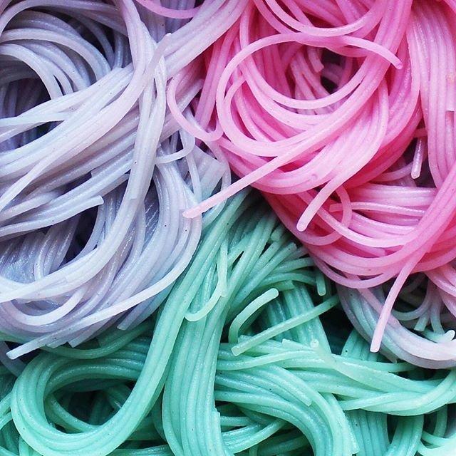 Na zdjęciu widzimy makaron spaghetti w kolorach fioletowym, różowym i turkusowym.