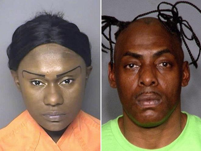zdjęcie mugshot - jedna osoba ma narysowane brwi w zabawnym kształcie, druga ma sterczące strąki
