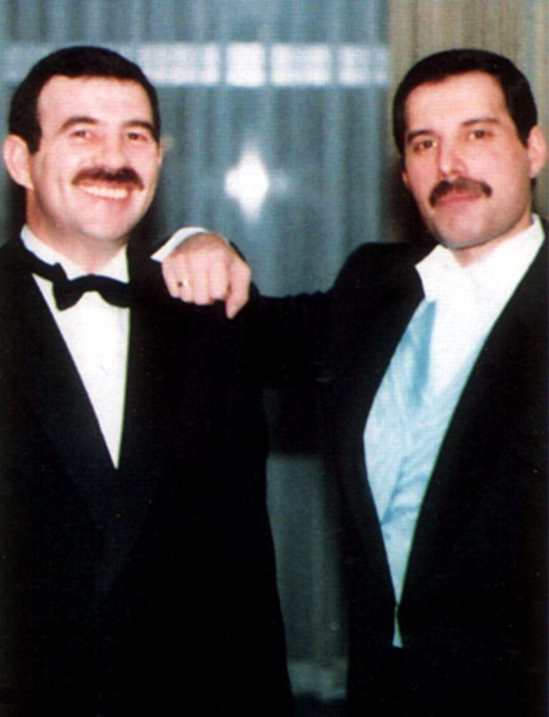 na zdjęciu widzimy dwóch mężczyzn w garniturach