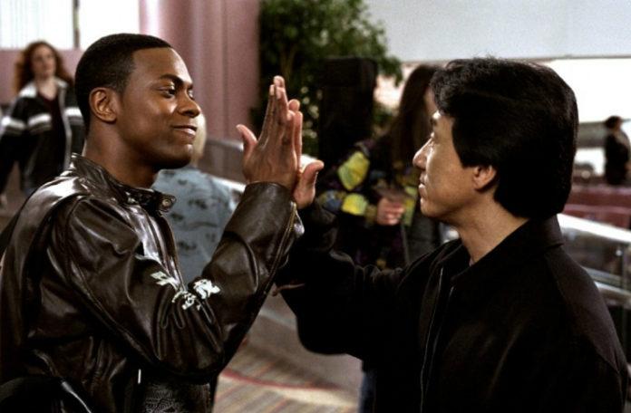 Czarnoskóry mężczyzna przybijający piątkę z Azjatą