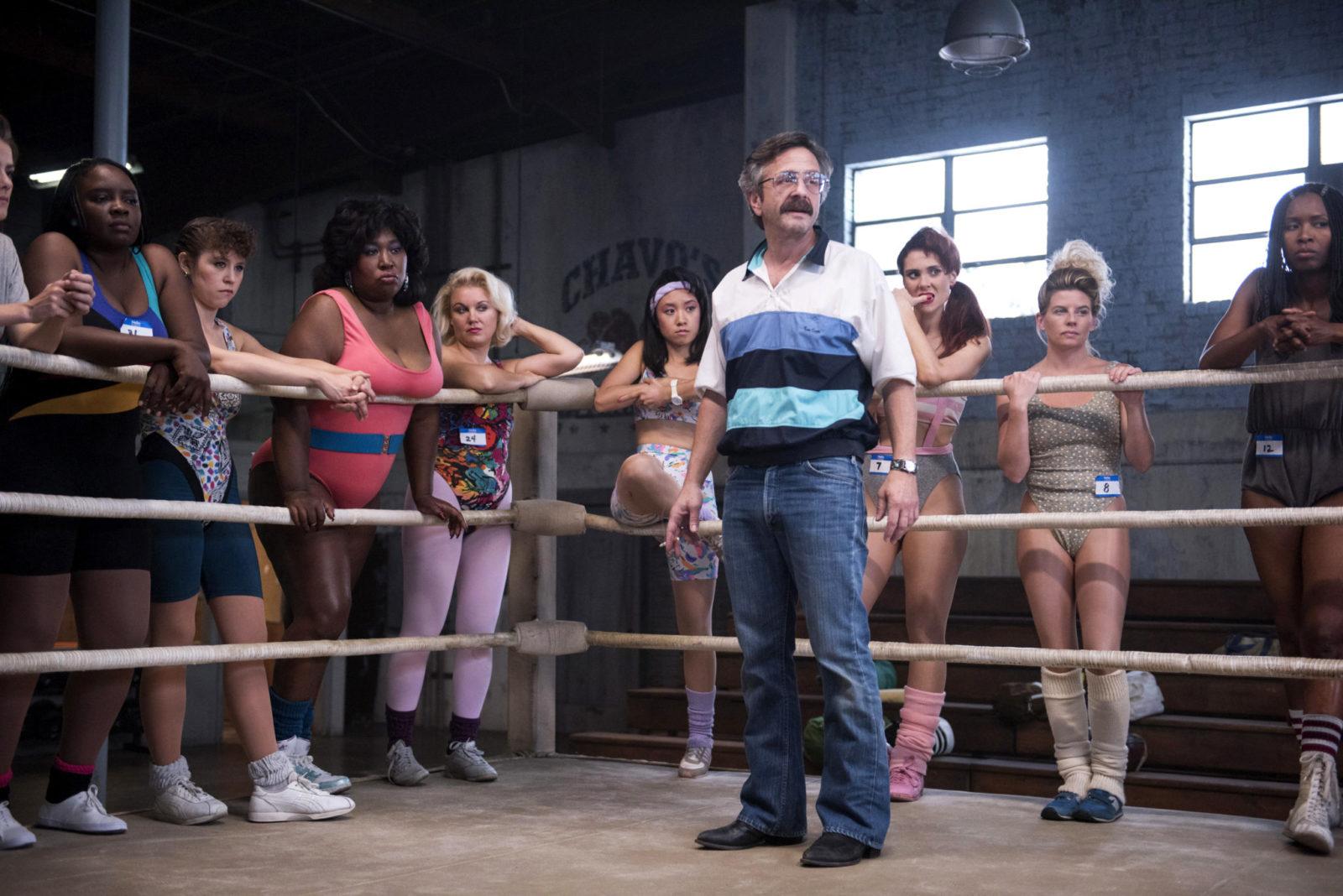 Dziewczyny stojące dookoła ringu, a na