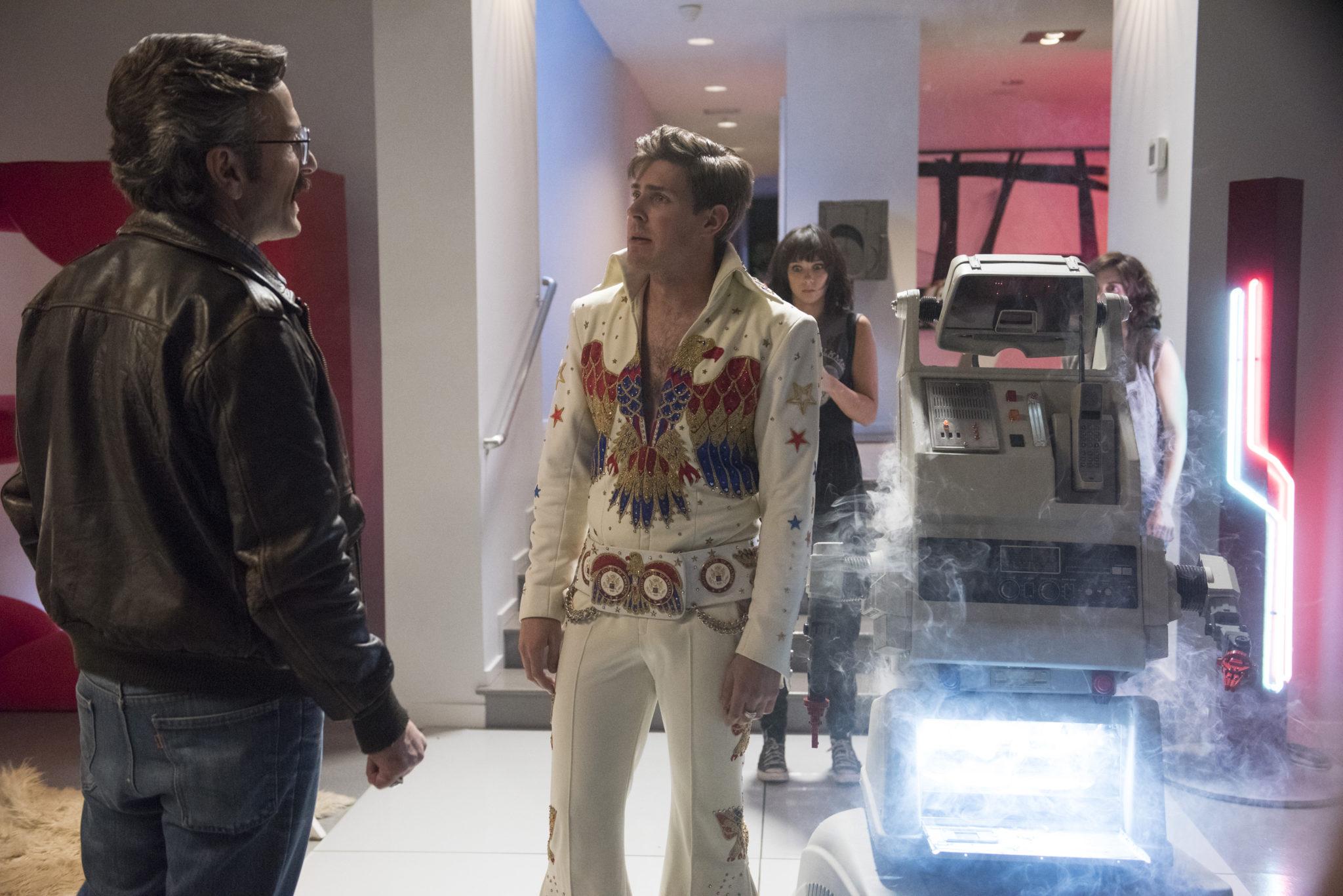 Mężczyzna w kostiumie Elvisa Presleya