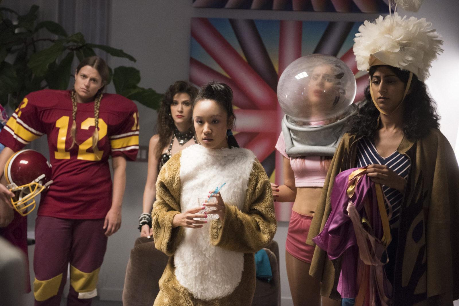Dziewczyny stojące w różnych kostiumach