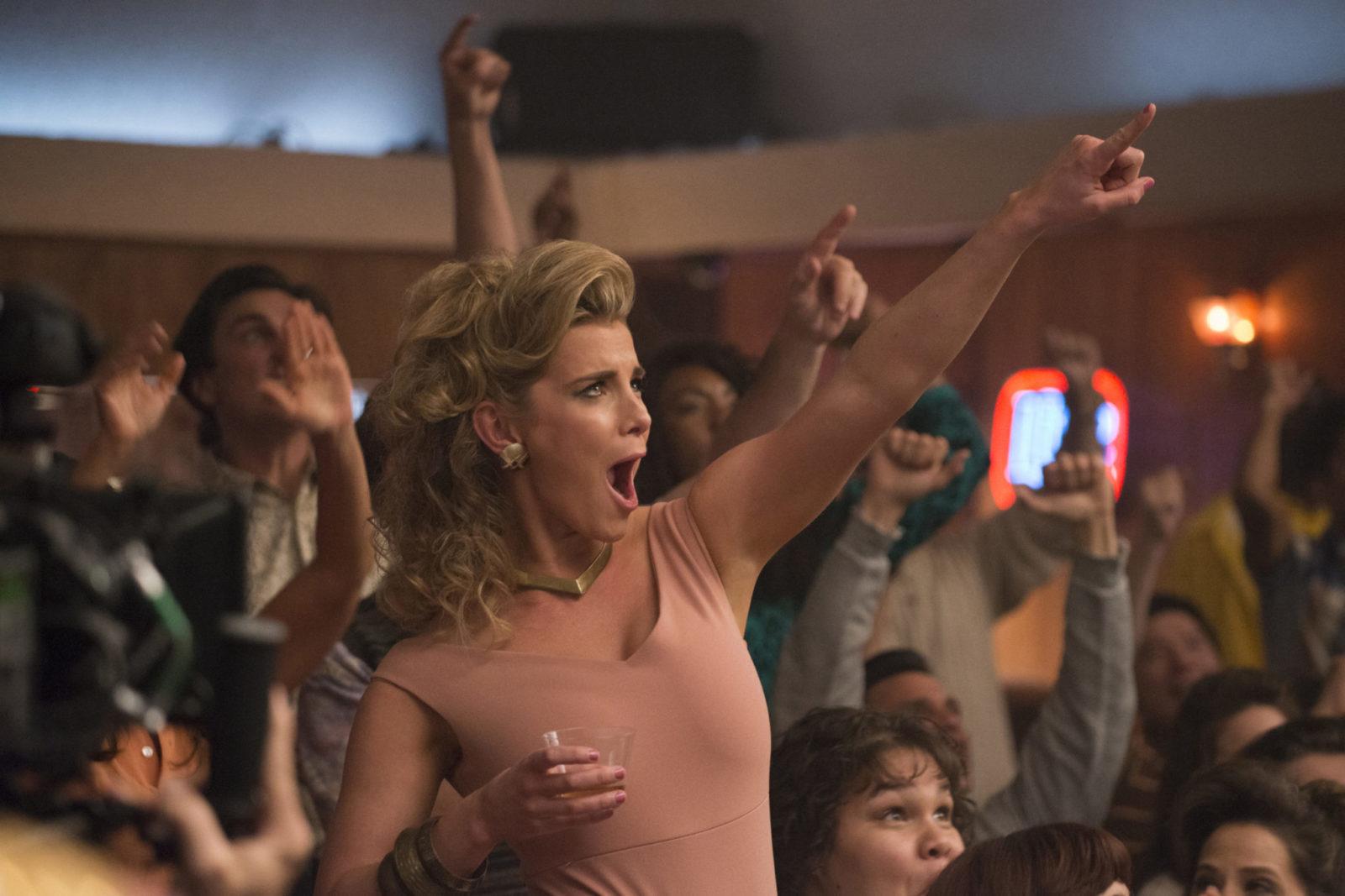 Tańcząca kobieta ubrana w różową bluzkę