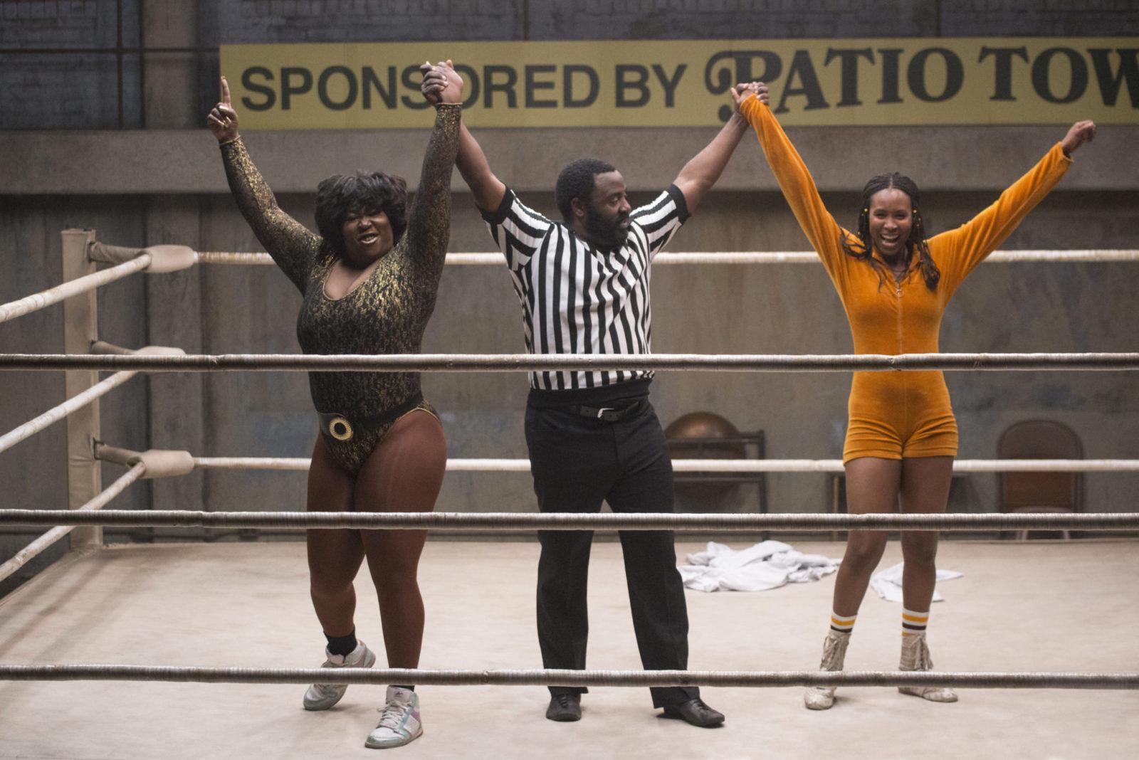 Dwie dziewczyny ubrane w trykoty stojące na ringu