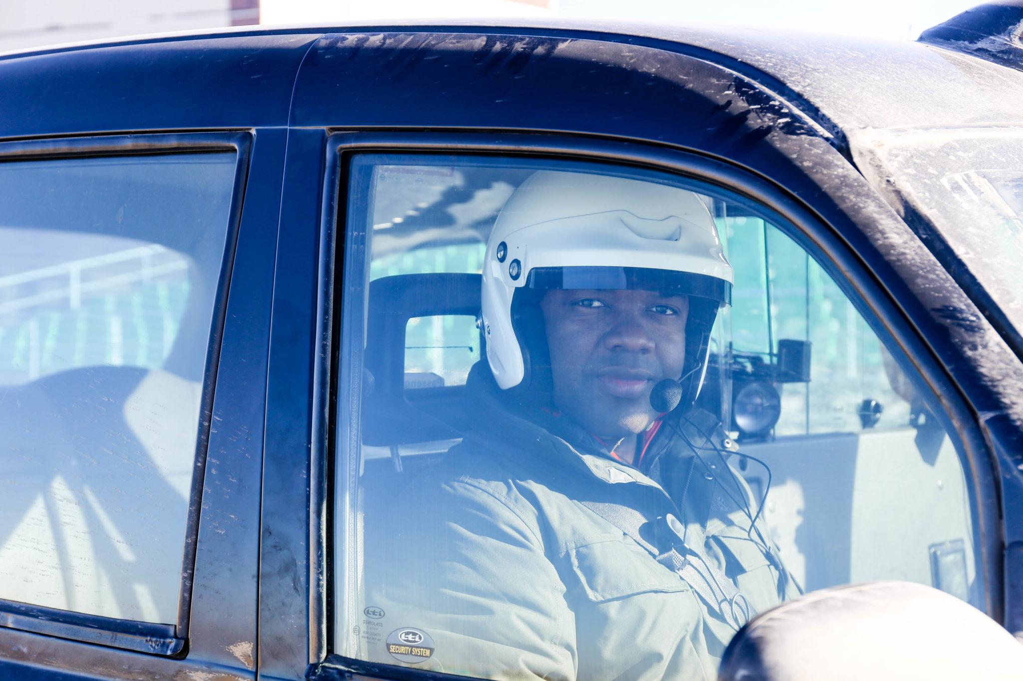 Mężczyzna w kasku w samochodzie