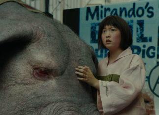 Dziewczynka ubrana w kimono, a obok niej leżąca zmutowana świnia