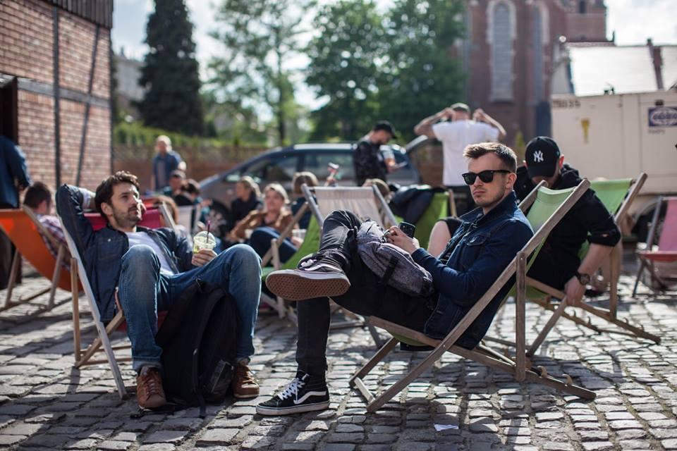 Mężczyzni siedzący na leżakach