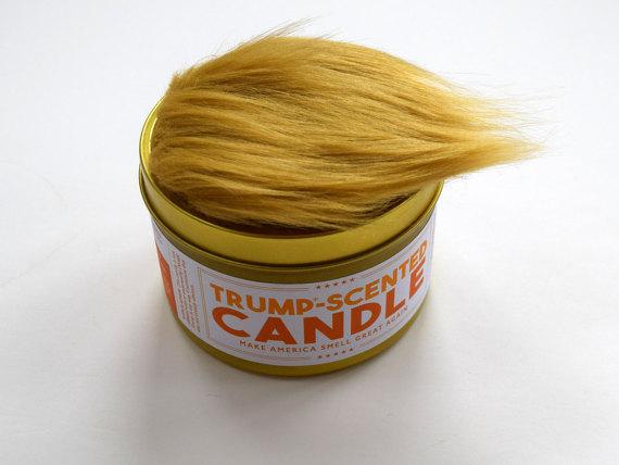 Świeczka zapachowa o aromacie Donalda Trumpa ze sztucznymi włosami imitującymi jego perukę.