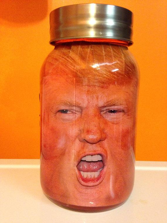 Słoik ze zdjęciem głowy Donalda Trumpa w środku