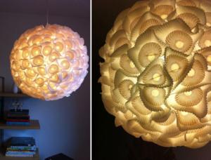 Żyrandol, który został zrobiony z papierków, które wykorzystuje się do pieczenia ciastek.