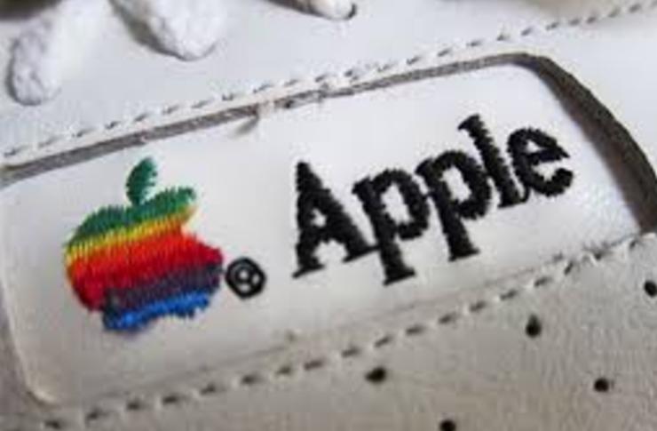 wyszywane logo firmy apple na bialych butach