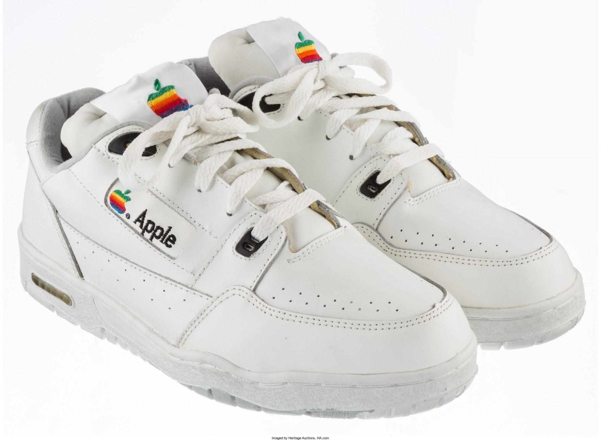 biale buty z kolorowym logo apple